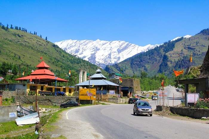 The road from Manali to Rohtang Pass