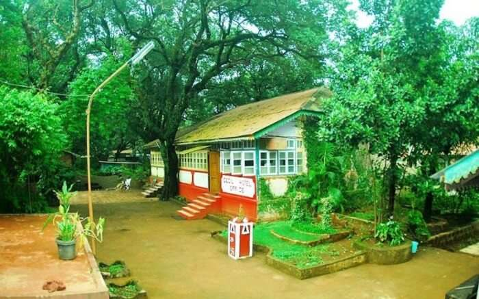A cottage view of Cecil Hotel in Matheran on a beautiful day
