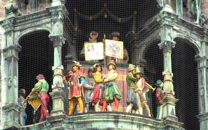 Human figurines during the Glockenspiel show