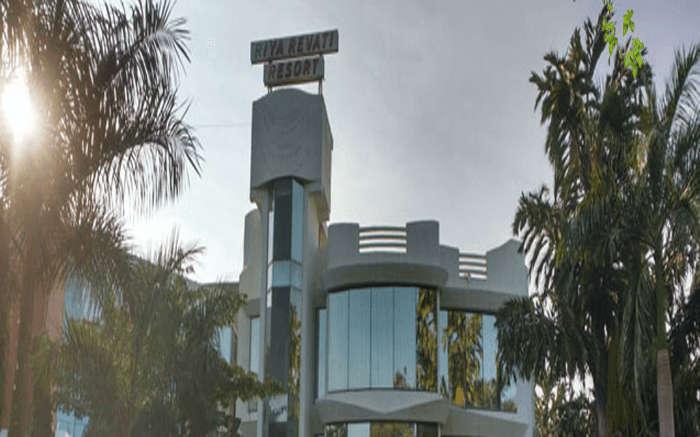 An exterior view of Riya Revati Resort in Vadodara ss