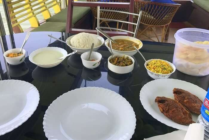 revan aarti kerala lunch on houseboat