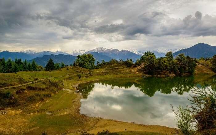 A view of Deoria Tal Lake en route Chandrashila Trek