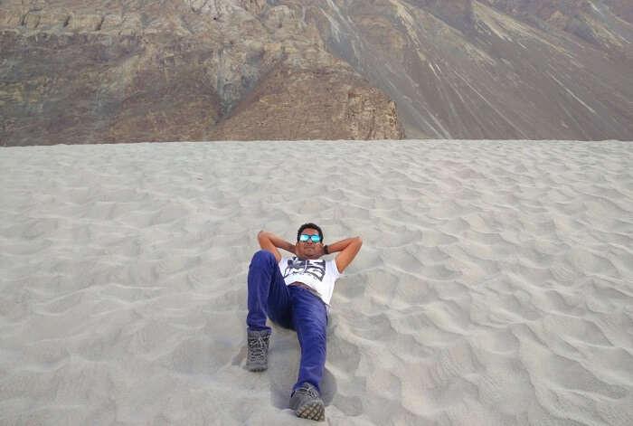 ninad lying on desert in nubra