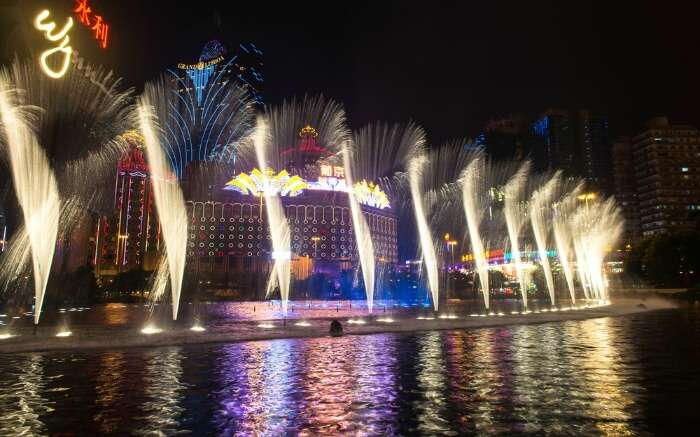dancing and musical fountains at night