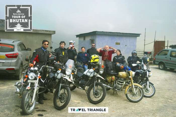 phuentsholing_to_paro: the group of riders taking a break