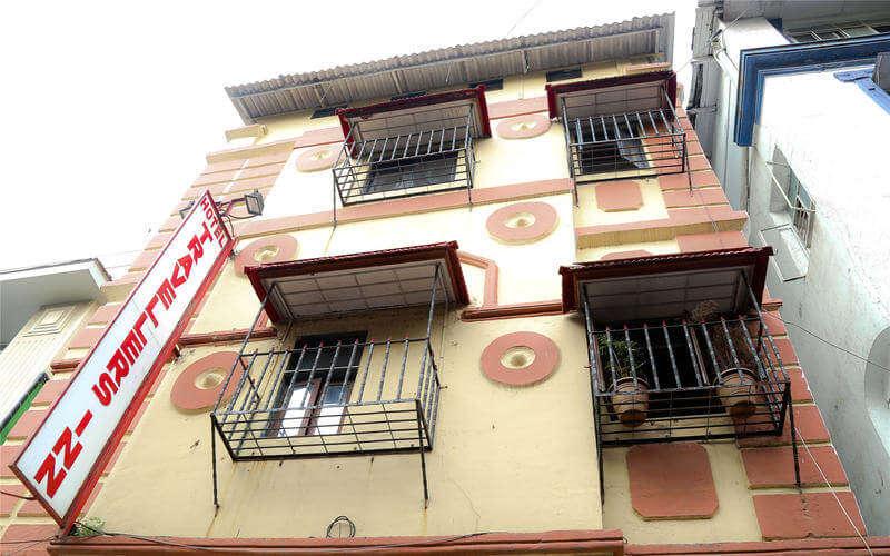 building of travelers inn hostel mumbai