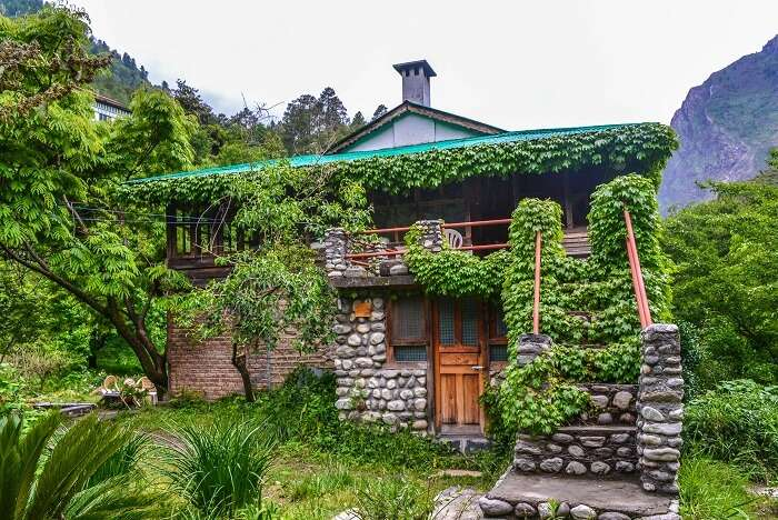 stay at Raju Bharti's Guest House in tirthan