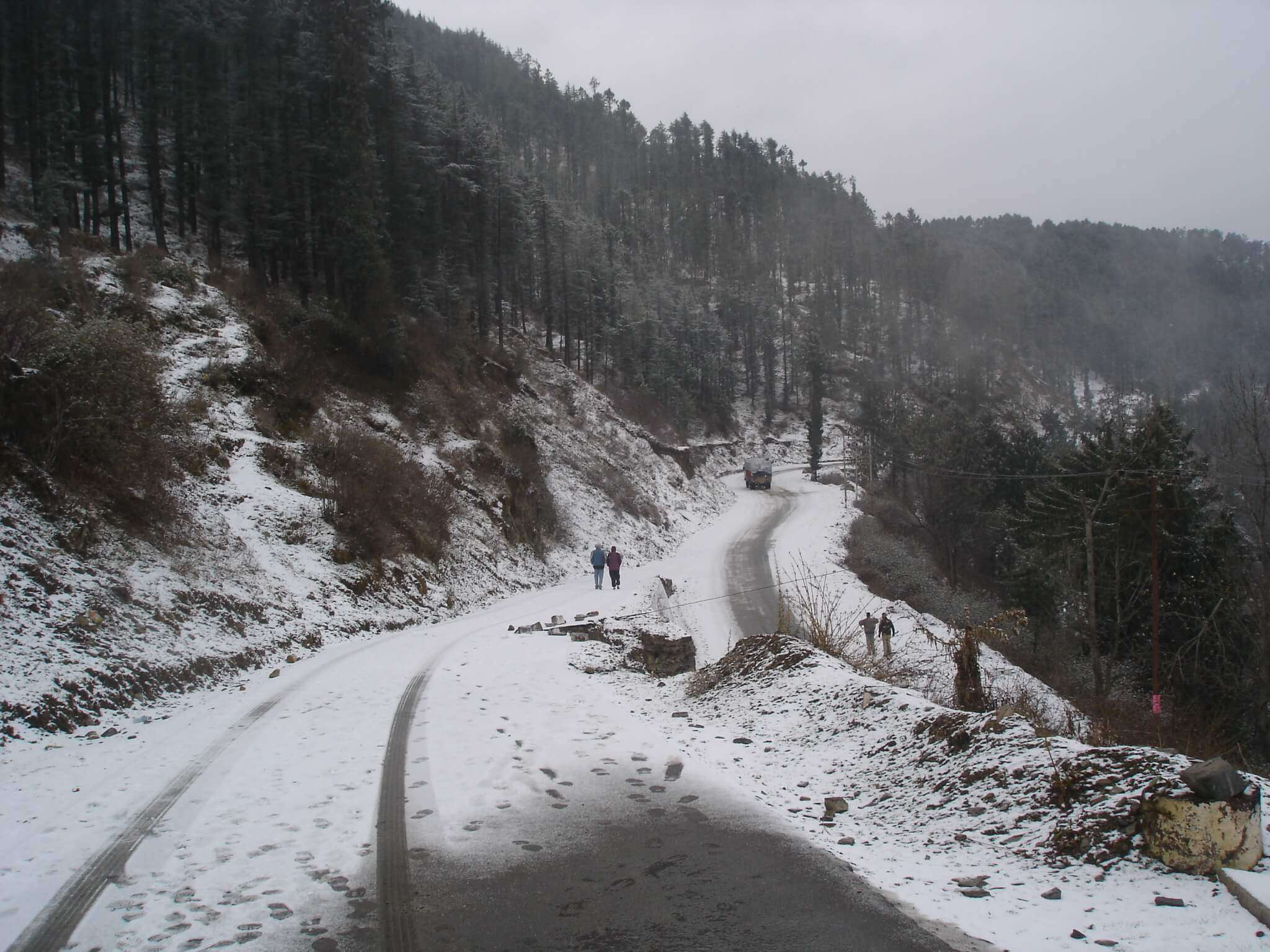 snow fall on Kufri roads