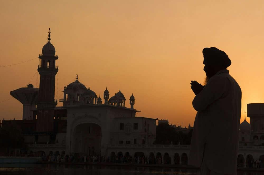 a sikh guy praying