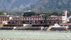 building at the shore of the river Ganges