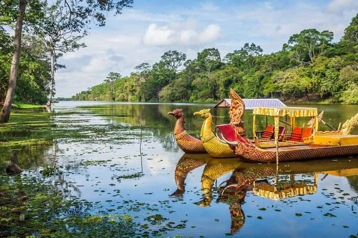 Khmer traditional boats ride at Tonle Oum