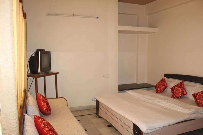 stay at Nadya Homestay jaipur