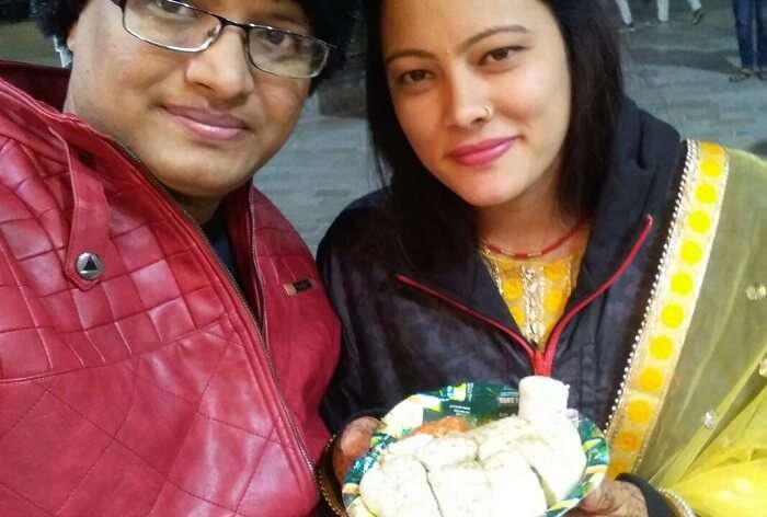 kuldeep manali honeymoon trip: having momos