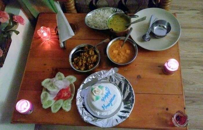 kuldeep manali honeymoon trip: honeymoon cake in room