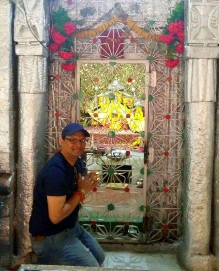 kuldeep manali honeymoon trip: praying at temple