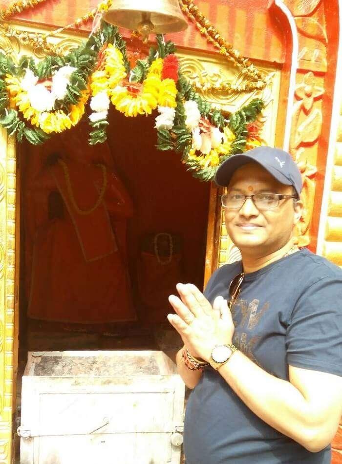 kuldeep manali honeymoon trip: kuldeep praying at temple