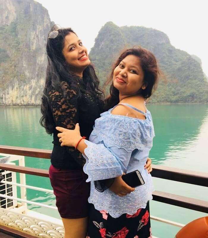 pallavi vietnam family trip: pallavi with sister