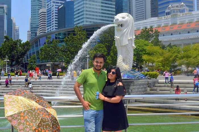 anshu singapore trip: sushant and anshu posing near merlion