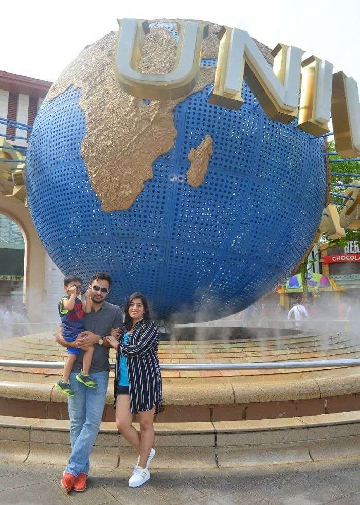 anshu singapore trip: posing with universal globe