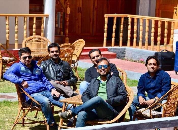friends relaxing in leh hotel