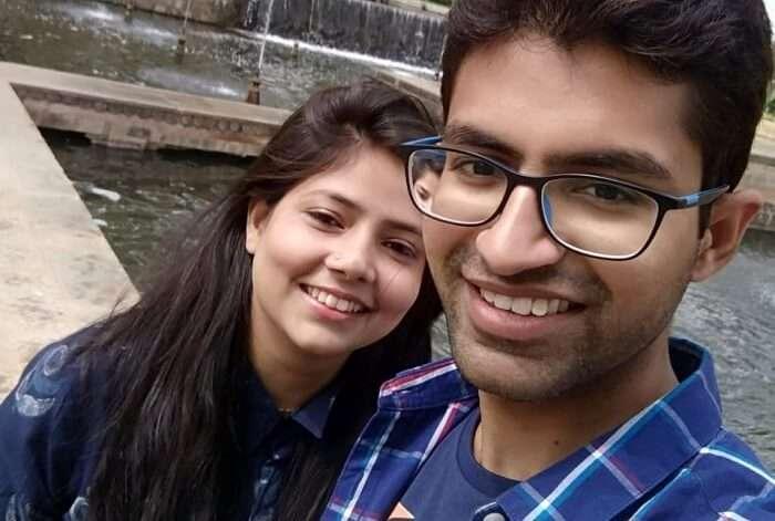 couple in pahalgam clicking selfie