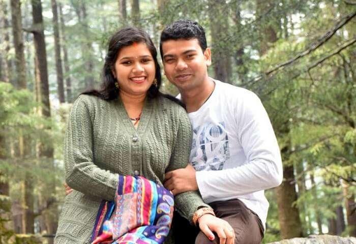 couple posing in kufri's park