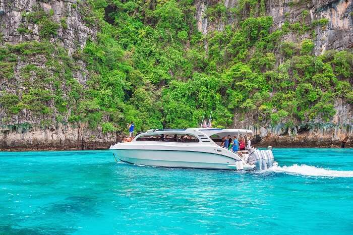 Sail to and fro with easy-breezy private speedboat transfers