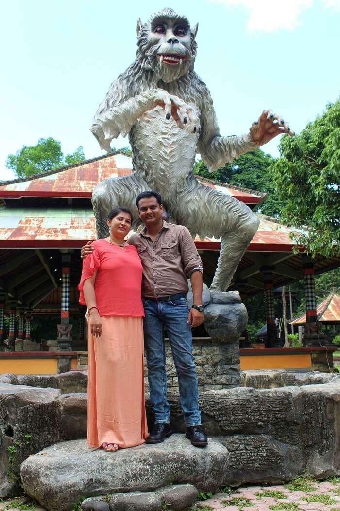 couple visit Taman Ayun Temple
