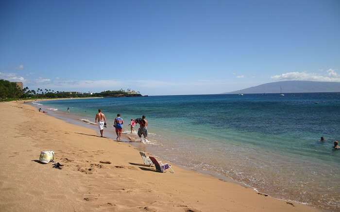 people enjoying at the gorgeous Kahekili beach