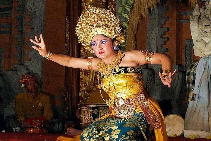 balinese woman dancing