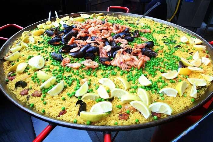 eat paella in market