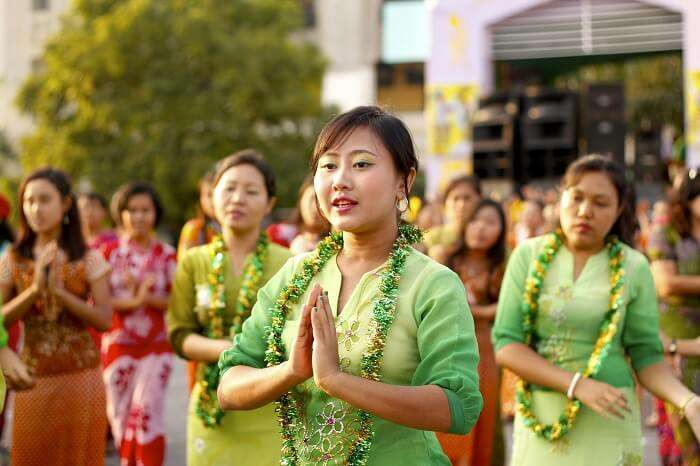 women doing burmese dance