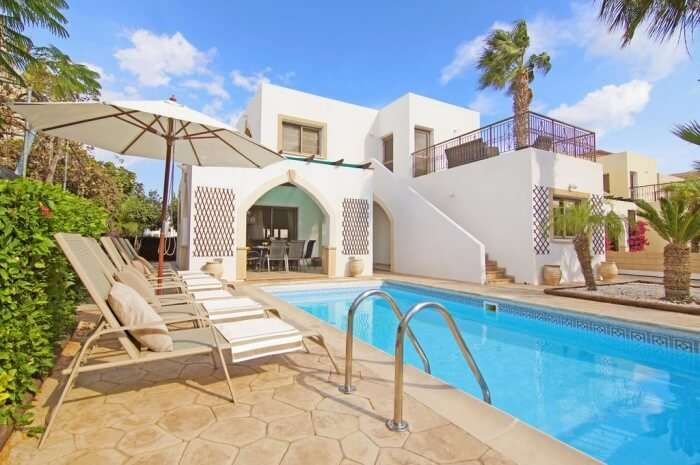 Villa Topaz – Modern villa with barbeque table and swimming pool