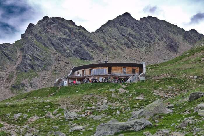 Das Refuge du Nid D'Aigle mit dem Bergkamm «Les Rognes» im Hinte