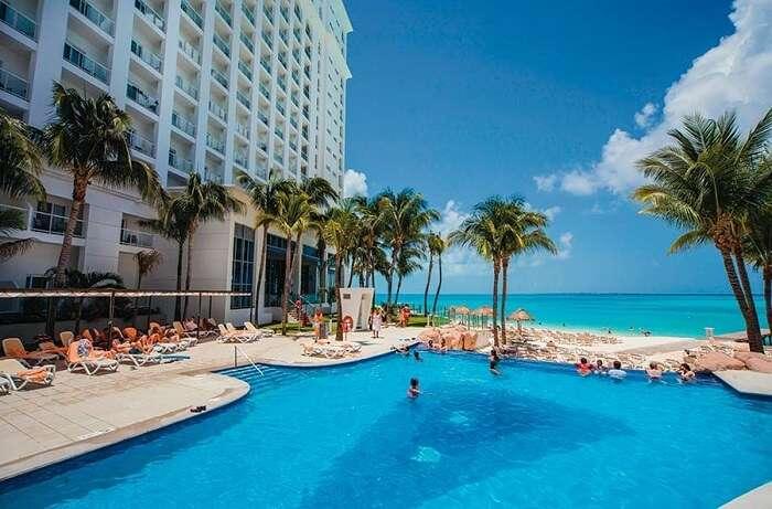 pool in hotel riu cancun