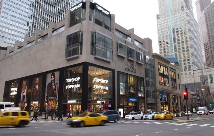 shopping street in chicago