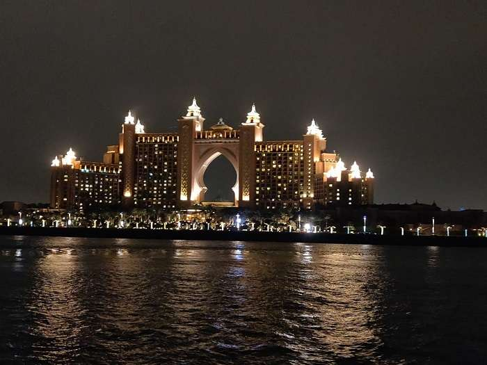 the amazing view of the famous Dubai hotel