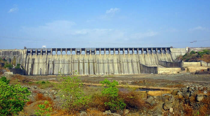 A view of a dam without water