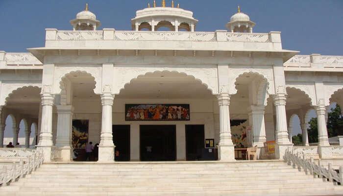 https://commons.wikimedia.org/wiki/File:Iskon_Temple_Ujjain_-_panoramio.jpg