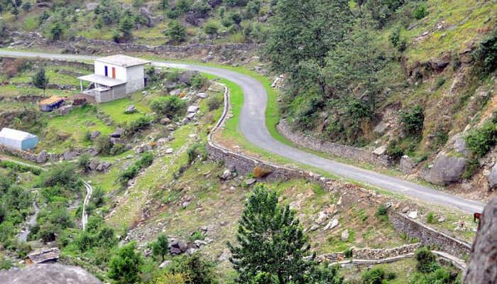 A Road to Munsiyari