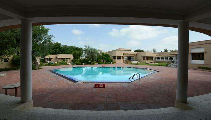 resort offers the pool also