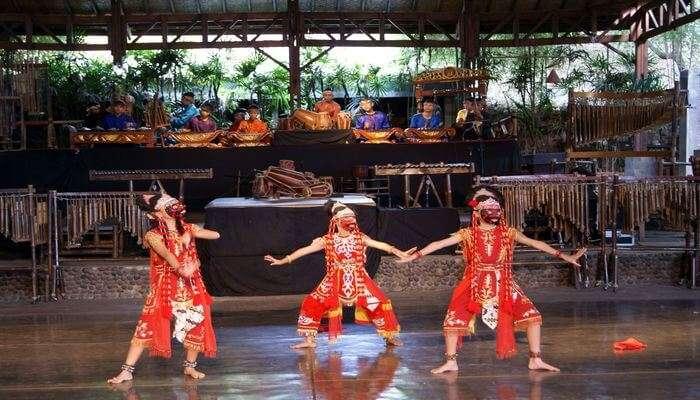 Saung Angklung Udjo Show