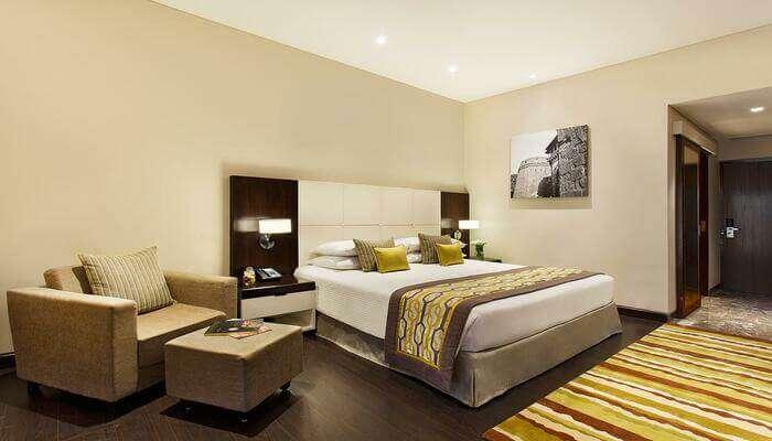 luxurious hotel in saputara