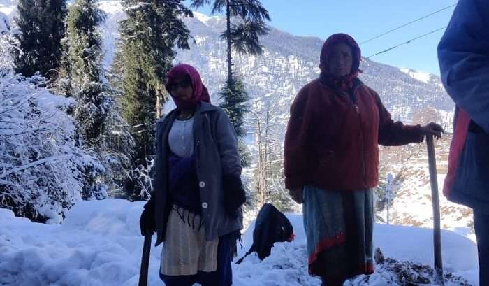 a pic of the locals in manali